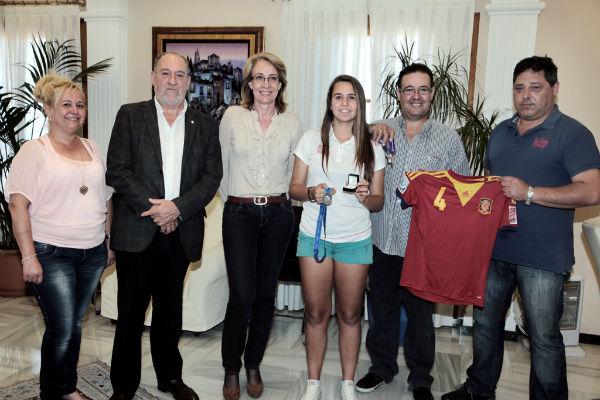 La alcaldesa recibe a la joven benalmadense Silvia Mérida tras lograr el Subcampeonato del Mundo de Fútbol Sub-17