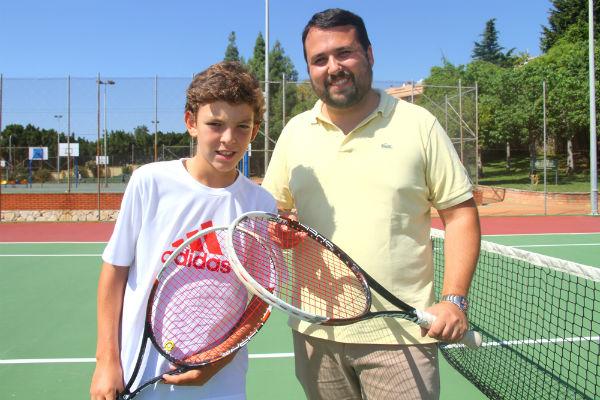 El Ayuntamiento reconece la labor de Luis Gomar Monio, una de las jovenes promesas del tenis en el municipio