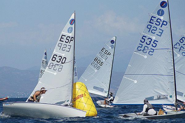 El flojo viento no desluce la jornada inaugural del Campeonato de España de Clase Europa que se disputa en aguas de Benalmádena
