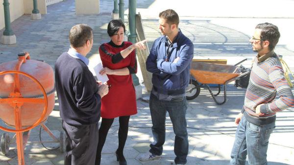 Concepción Tejada y Juan Olea visitan los trabajos de remodelación del escenario de la Plaza de la Mezquita