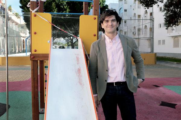 El Ayuntamiento acomete la remodelación del parque infantil de la avenida Paseo del Generalife