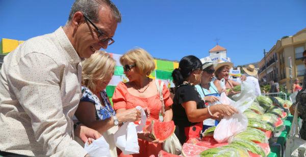 La Asociación '¿Yo? ¡Producto Andaluz! reparte 700 kg de sandia andaluza y dona 300 kg al Comedor Social