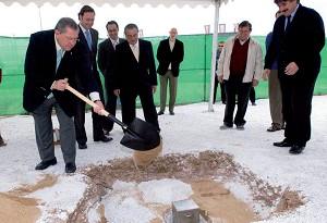 El Alcalde colocó la primera piedra de una nueva residencia de mayores
