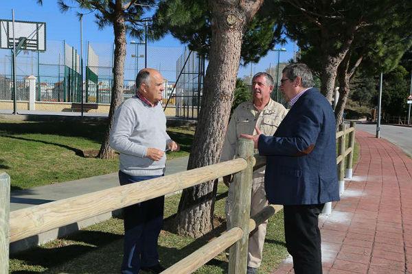 El Ayuntamiento instala un nuevo vallado de madera en la zona deportiva de Retamar