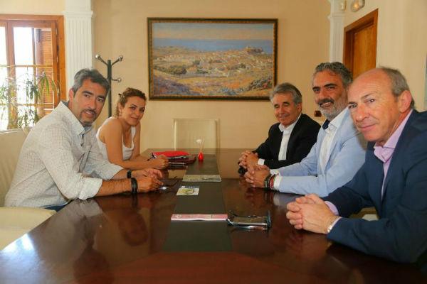 El Alcalde y la Concejala de Turismo mantienen un encuentro con el nuevo Presidente de Aehcos para conocer las demandas del sector hotelero