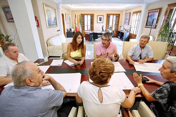 El Alcalde Víctor Navas y la Concejala de Bienestar Social mantienen una ...