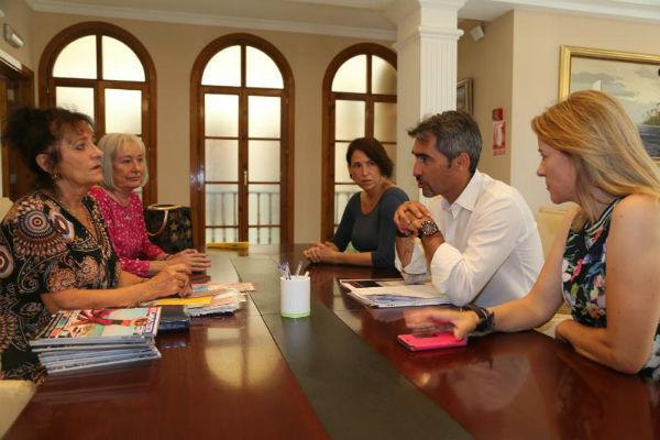 El Alcalde y la Concejala de Residentes Extranjeros mantienen un encuentro con una asociación de afectados por el ¨Brexit