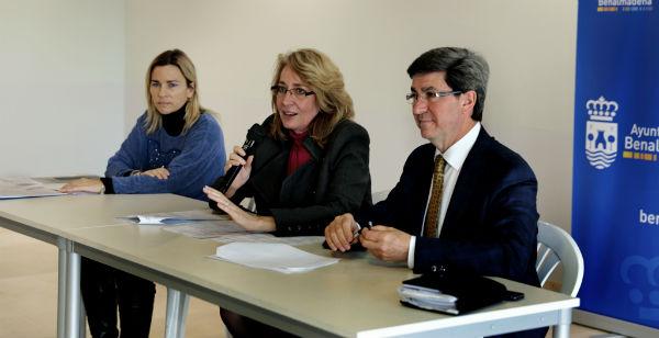La alcaldesa mantiene una reunión con cerca de un centenar de residentes británicos.