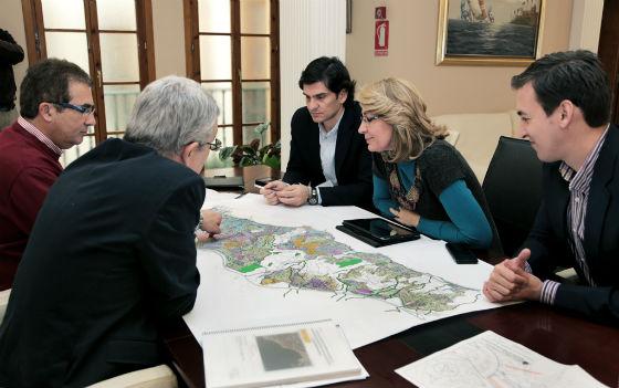El Ayuntamiento coordina con Costas los trabajos de regeneración de las playas del municipio de cara al verano