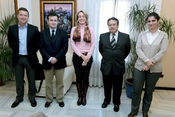 La alcaldesa acuerda con la EOI la apertura en febrero del plazo de solicitud de becas