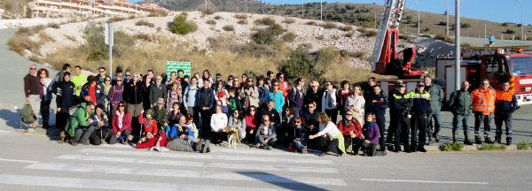 Cerca de un centenar de personas participan en la jornada de senderismo a beneficio de Cudeca