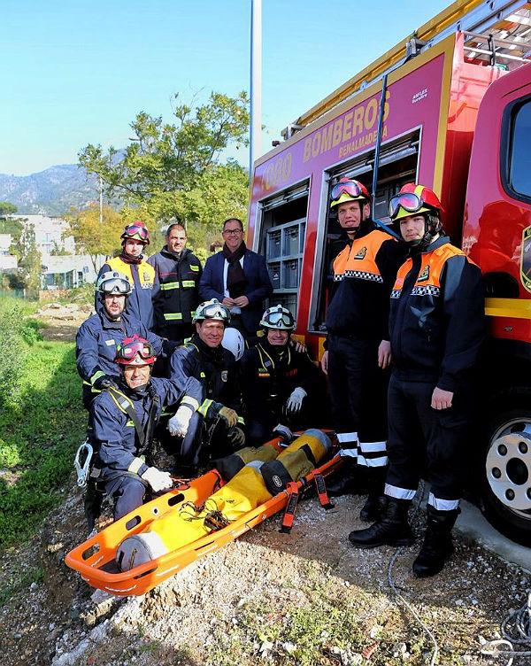 Bomberos de Benalmádena y voluntarios de Protección Civil realizan un ejercicio de rescate con camilla