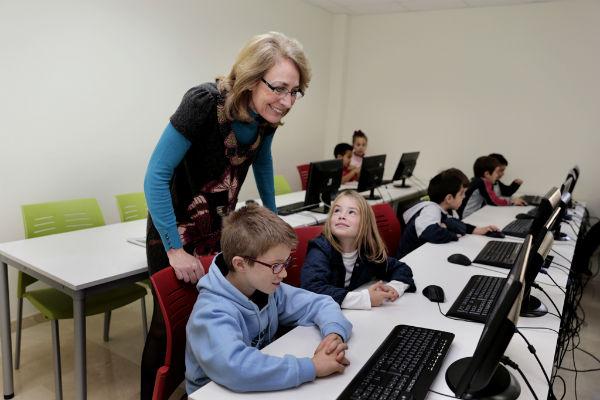 Los menores del municipio disfrutan de un taller de Robótica en el Parque Innova.