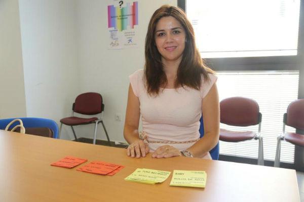 La concejala Irene Díaz reparte tickets para las atracciones de la feria a las familias en situación de riesgo de exclusión social