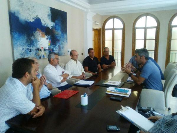 El Alcalde y concejales mantienen una reunión con los vecinos de Torremuelle para delimitar competencias y establecer vías de colaboración