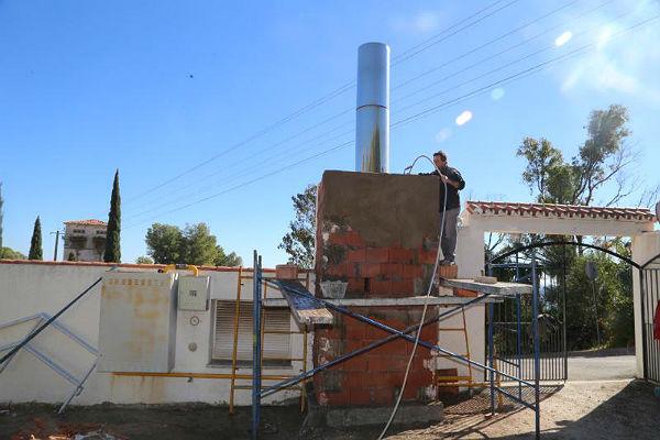 Servicios Operativos realizan trabajos de mejora en el cementerio de Benalmádena Pueblo