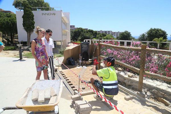 Los trabajos del Plan de Empleo 'Embellece Benalmádena' acometen labores de embellecimiento en el entorno del Edificio Innova
