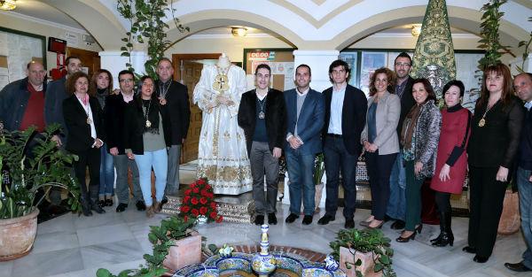 La Cofradía del Cautivo presenta la nueva túnica que lucirá el Cristo durante el Vía Crucis de la próxima semana
