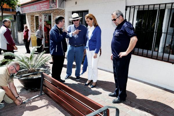 El Ayuntamiento acomete trabajos de embellecimiento y colocación de nuevo mobiliario urbano en la Calle Las Flores.