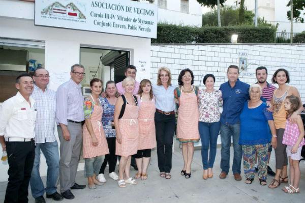 La alcaldesa comparte con los vecinos de Carola su tradicional verbena para dar la bienvenida a las Fiestas de San Juan