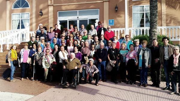 La alcaldesa visita en Motril a cerca de un centenar de mayores participantes en el viaje anual ofrecido por el Ayuntamiento