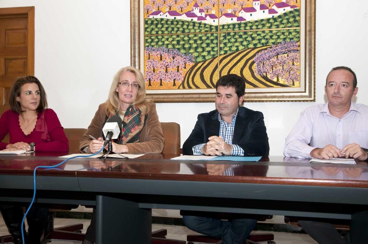 La AECC impone su insignia a la Virgen de la Cruz de Benalmádena Pueblo
