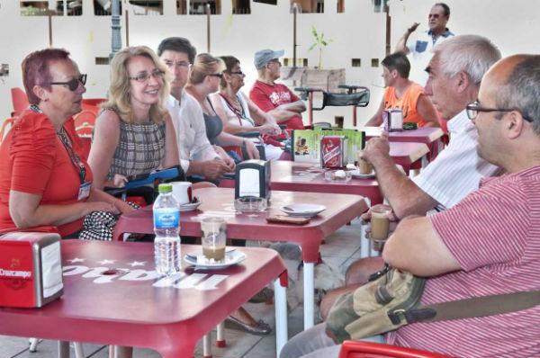 La alcaldesa mantiene un encuentro con los voluntarios y usuarios de la Asociación 'Age Care'