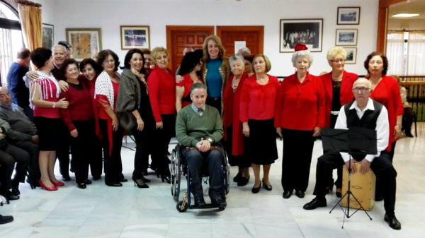 La alcaldesa comparte con los mayores sus bailes semanales en el Centro de Día 'Anica Torres'