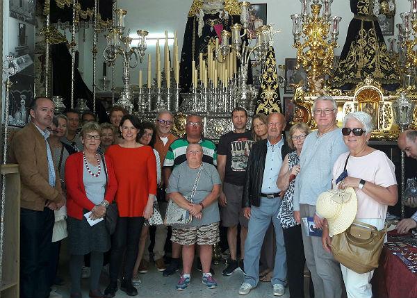 Residentes Extranjeros visitan la Cofradía del Nazareno en Benalmádena Pueblo