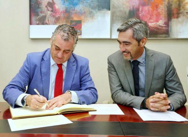 La Consejería de Empleo de La Junta reconoce oficialmente el centro comercial abierto de Benalmádena.