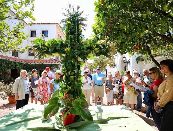 Un grupo de 30 residentes extranjeros realiza una visita por las Cruces de Mayo de Arroyo de la Miel