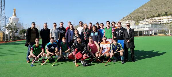 La alcaldesa visita a los distintos equipos europeos de hockey que realizan su pretemporada invernal en el campo de Retamar