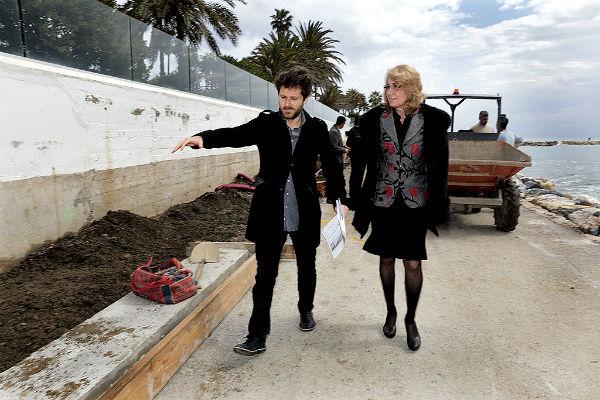La alcaldesa comprueba los trabajos de remodelación del Paseo Marítimo de Torrequebrada.