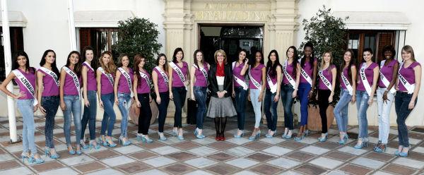 La alcaldesa recibe a las participantes en el Certamen Internacional 'Reina Belleza Universo 2015'