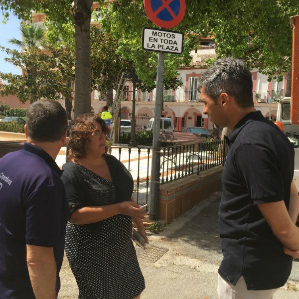 El Ayuntamiento realiza labores de limpieza y mejora en el entorno de la Plaza Olé en Benalmádena Costa