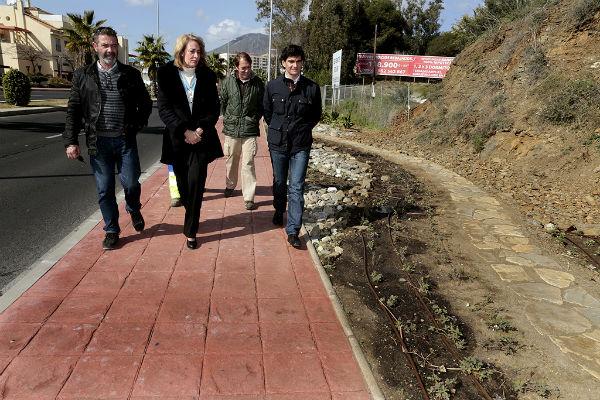 La alcaldesa visita los trabajos de embellecimiento de la avenida del Sol