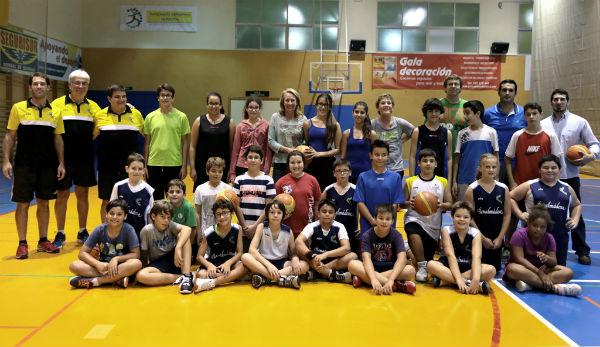 La alcadesa visita las Escuelas Municipales de Baloncesto y Voleibol en el polideportivo de Arroyo de la Miel