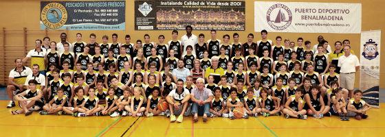 La alcaldesa acompaña a los cerca de 100 participantes en el X Campus de Baloncesto de Benalmádena