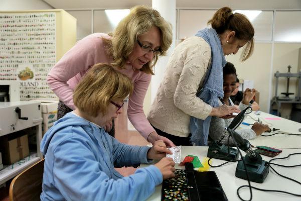 La regidora visita a los usuarios del Centro Municipal Ocupacional con motivo del Día Mundial de las Personas con Discapacidad