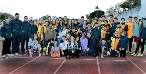 La regidora comparte con los alumnos de la Escuela Municipal de Atletismo uno de sus entrenamientos