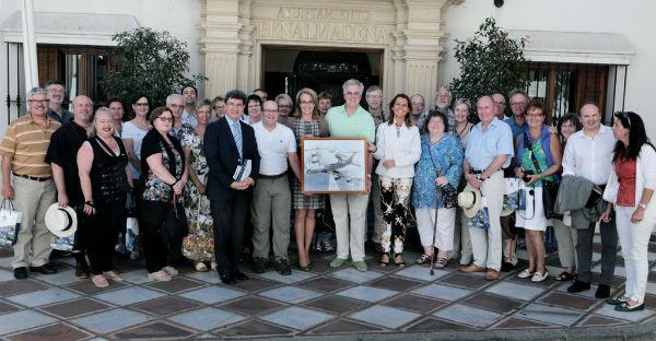 La alcaldesa recibe en el Ayuntamiento a una delegación de altos cargos de la Otan