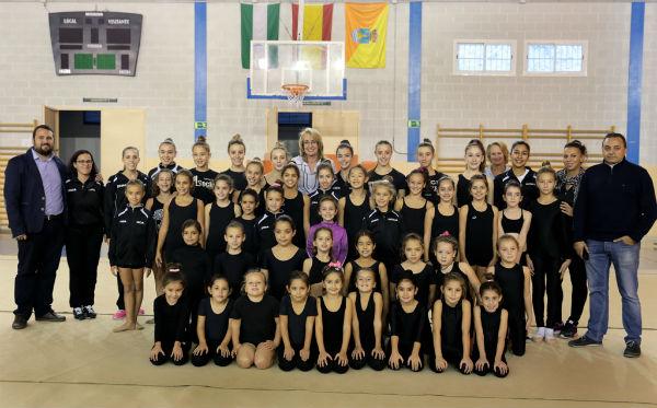 La regidora visita a las alumnas de la Escuela Municipal de Gimnasia Rítmica en Benalmádena Pueblo
