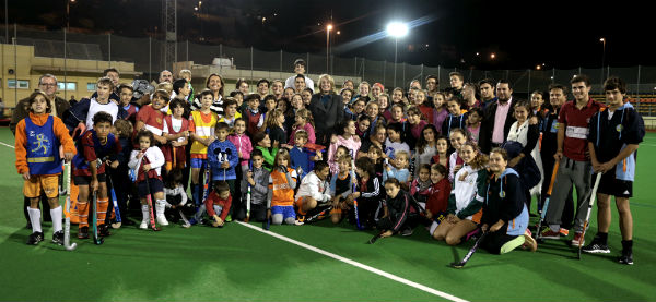 La alcaldesa destaca la labor de la Escuela Municipal de Hockey para consolidar a Benalmádena como referente en este deporte