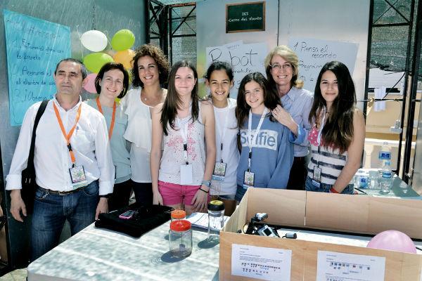 La alcaldesa visita la Feria de las Ciencias 'Ibn Al-Baytar' que ha contado con la participación y asistencia de más de 2.000 alumnos