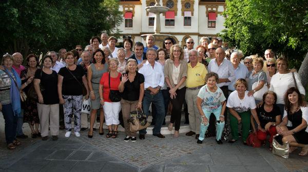 La alcaldesa de Benalmadena comparte con mayores del municipio el programa 'Hoy vamos a Diputación'
