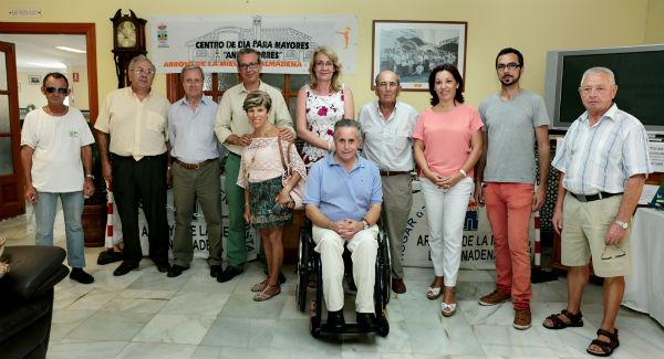 La alcaldesa inaugura en el centro de dìa 'Anica Torres' la exposiciòn de miniaturas en madera de Diego Fernàndez