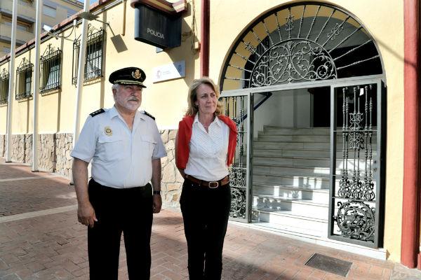 La alcaldesa visita las obras de la oficina del DNI, que entrarán en funcionamiento este verano