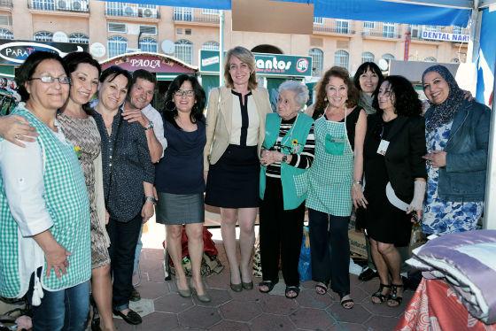 La alcaldesa visita el II Rastrillo Solidario de Benalmádena
