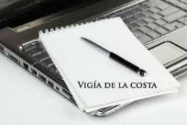 Entrega del libro ganador del Certamen Literario 'Vigía de la Costa'.