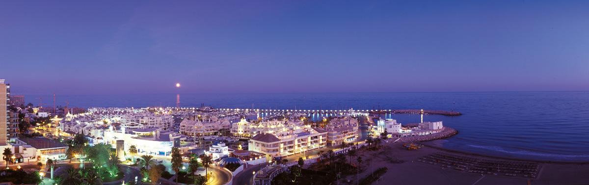 Vista nocturna del Puerto Deportivo
